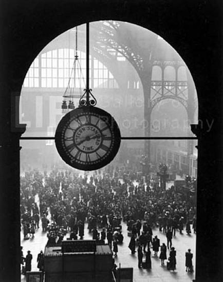 Alfred Eisenstaedt, Farewell of Servicemen, Clock at Penn Station, New York 1943, Silver Gelatin Print